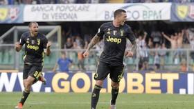 Bernardeschi ghi bàn thắng quý như vàng giúp Juve hạ Chievo