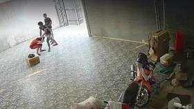 Hình ảnh Hùng và Công vào nhà hành hung chị H. (ảnh cắt từ clip)