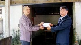 Báo SGGP trao tiền bạn đọc hỗ trợ chị Lê Thị Hợi mắc bệnh nan y