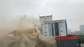 Khói bốc ngùn ngụt từ khách sạn lớn ở TP Vinh