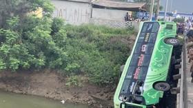 Vụ xe khách lao xuống sông khiến 2 người chết, 8 người bị thương: Tạm giam tài xế