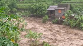 Mưa lớn cuốn trôi người, gây chia cắt nhiều nơi tại huyện Mường Lát