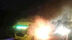突然自燃的臥鋪客車。(圖片來源:SGGPO)