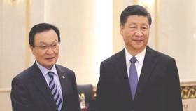 韓國總統特使、前國務總理李海瓚(左)同中國國家主席習近平握手合影。(圖片來源:互聯網)