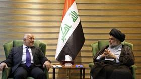 資料圖:伊拉克總理阿巴迪(左)會見薩德爾討論組閣事宜。新華社