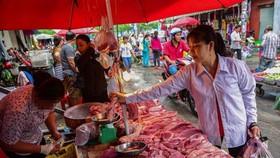 消費者在傳統市場採購食物。