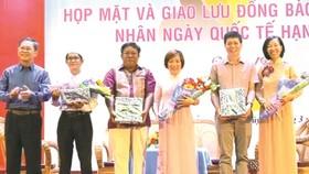 模範華人家庭代表林珮玲(右一)及其丈夫 陳偉民(右二)參加交流活動。