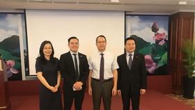 與會領導和越南企業交流