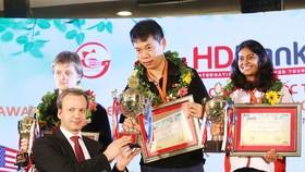 國際棋聯主席德沃科維奇向中國棋手王皓頒獎。