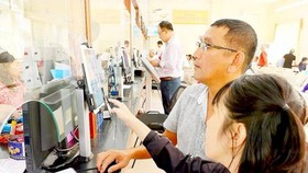 市民在第一郡濱城坊人委會參加幹部滿意度評價。
