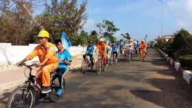 在平順省富貴島縣騎車動員民眾節約用電。