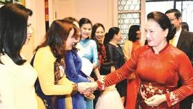 國會主席阮氏金銀看望比利時大使館幹部人員。
