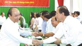 政府總理阮春福與各代表交談。