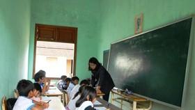 缺乏課室,學生們要在村文化宮上課。