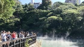 遊客瀏覽地熱谷。