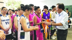 黎黃景副校長頒發紀念旗給各參賽隊。