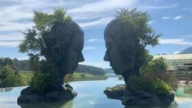 無極湖最引人注目的是互相對望的兩尊人像。