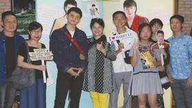 呂晉宇(左三)與母親和粉絲們在首映禮上留影。