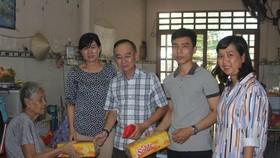 本報代表團向林觀精舍老人贈送禮物。
