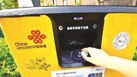 中國上海位於浦東張江人工智能島上的一款可自動分類的人工智能垃圾桶。