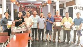 寧和補習班接受芽莊華人贈送桌椅和書籍。
