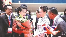 泰國代表與越南僑胞在機場歡迎國會主席阮氏金銀。