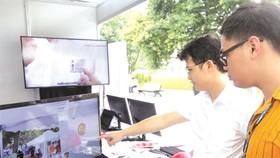 市民參觀人工智能展示。