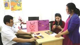 公司經理黃金億同業務負責人陳秀娟前來報社與讀者-社會慈善工作組商討關於今年開展中秋送暖愛心活動。