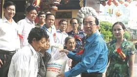 該廟理事長黃偉峰和夫人阮氏日鳳向貧困者派發大米。