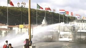 法國警方出動水炮車及催淚彈驅趕示威者。