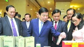 市人委會主席阮成鋒參觀乂安省的特產。