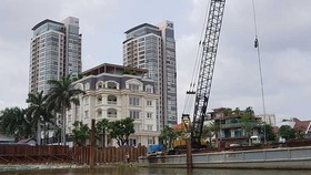 駁船正在西貢河邊施工項目。