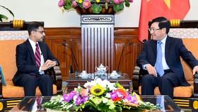 政府副總理、外交部長范平明昨(20)日在外交部辦事處,接見前來履新的印度共和國駐越南特命全權大使普拉奈‧維爾馬。