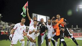 Các cầu thủ Jordan ăn mừng sau khi đội vào vòng 1/8