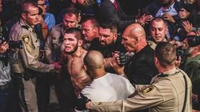 Khabib bị cảnh sát và nhân viên an ninh dẫn giải sau vụ ẩu đả ở sự kiện UFC 229