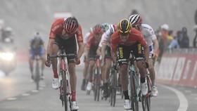 Roglic (phải) rút thắng Dumoulin