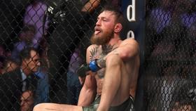 McGregor mệt đến... lè lưỡi sau khi bị Khabib siết cổ