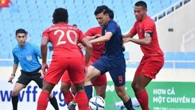 Supachai trước sự chăm sóc của các hầu vệ U23 Indonesia