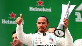 Hamilton và chiếc cúp vô địch Chinese Grand Prix