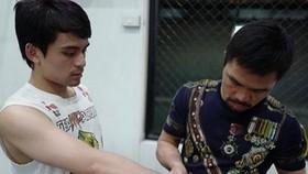 Pacquiao đang đeo găng cho con trai