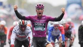 Ackermann ăn mừng chiến thắng trên đường mưa