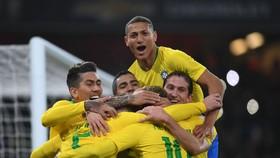 Richarlison (trên cùng) trong màu áo tuyển Brazil