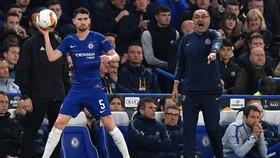Jorginho và HLV Sarri trong màu áo củ Chelsea