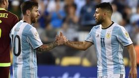 Aguero (phải) và Messi