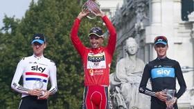 Cobo (giữa) thắng Áo đỏ Vuelta a Espana 2011, và Froome (bên phải) xếp hạng nhì