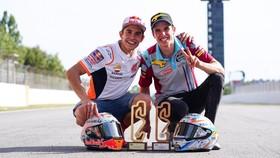 Anh em nhà Marquez cùng đăng quang ở Catalunya