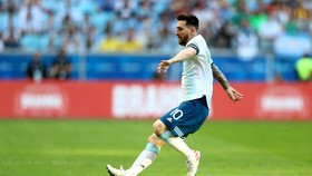 Messi, hãy đuổi theo bóng, như một chú chó săn đuổi mồi săn là một con thỏ