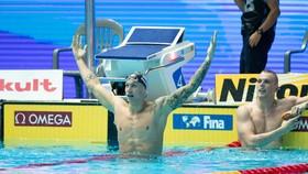 Dressel ăn mừng thành tích phá KLTG của Phelps