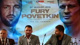 Hughie (trái) và ông bầu Eddie Hearn trong buổi họp báo giới thiệu trận thượng đài với Povetkin