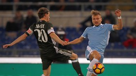 Ciro Immobile (phải, Lazio) tranh bóng với Ignazio Abate (AC Milan). Ảnh: Getty Images